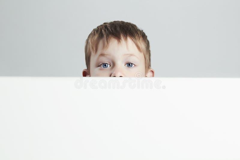 Μικρό παιδί ευτυχές και συγκινημένο παιδί αστείο στοκ εικόνες
