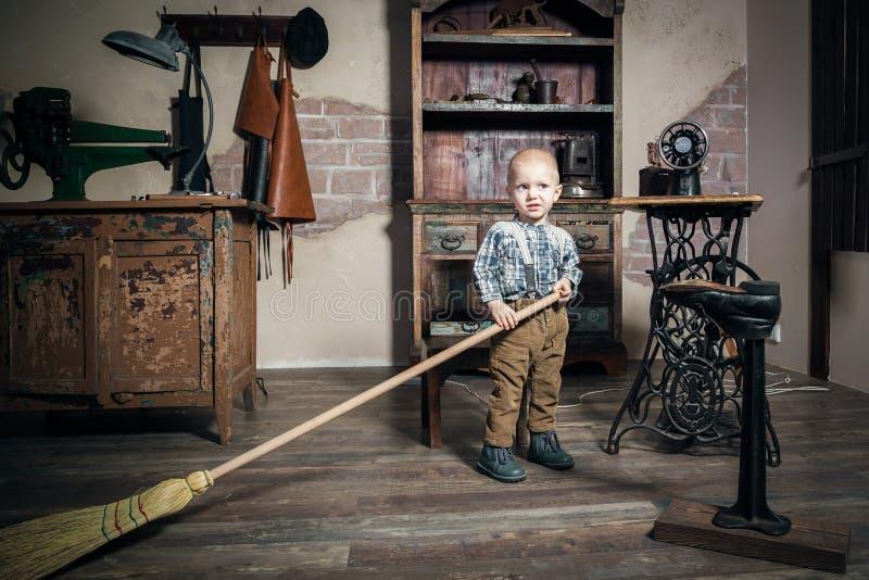 Μικρό παιδί με μια σκούπα στοκ εικόνα με δικαίωμα ελεύθερης χρήσης