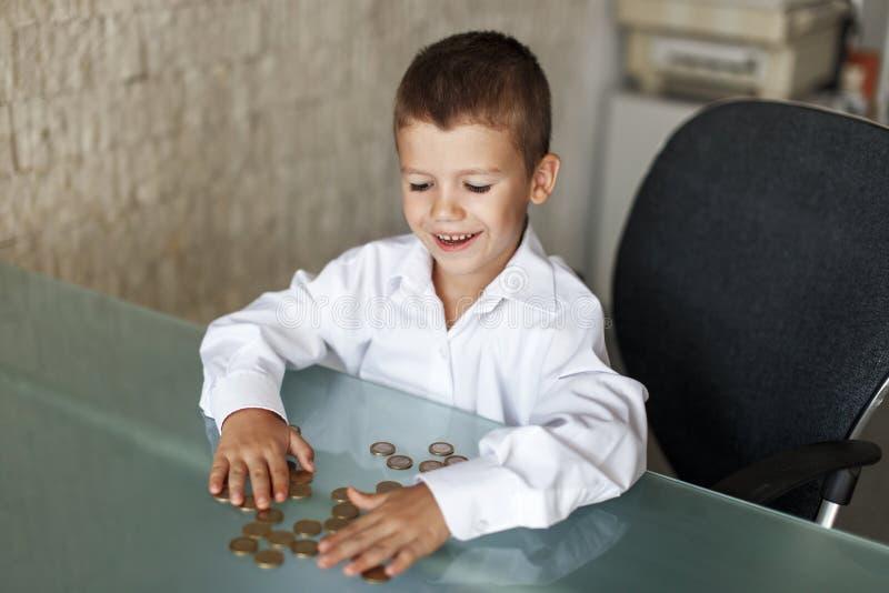 Μικρό παιδί με τα ευρώ ένα στον πίνακα στοκ φωτογραφία με δικαίωμα ελεύθερης χρήσης