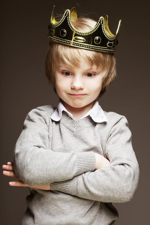 Μικρό παιδί με την κορώνα στοκ φωτογραφίες με δικαίωμα ελεύθερης χρήσης