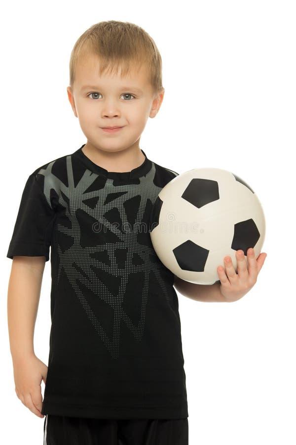 Μικρό παιδί με το παιδί ποδοσφαίρου ball στοκ φωτογραφία