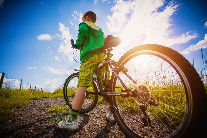 Μικρό παιδί με το ποδήλατό του στοκ εικόνα