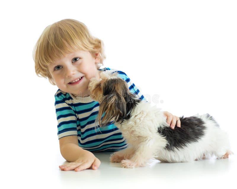 Μικρό παιδί παιδιών με το σκυλί κουταβιών του η ανασκόπηση απομόνωσε το λευκό στοκ φωτογραφίες