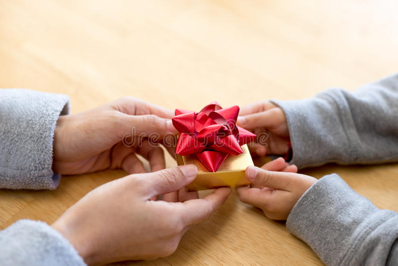 Μικρό παιδί που δίνει ένα κιβώτιο δώρων στο mum στοκ φωτογραφία με δικαίωμα ελεύθερης χρήσης