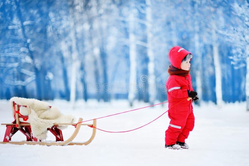 Μικρό παιδί που απολαμβάνει έναν γύρο ελκήθρων Παιδιών στοκ φωτογραφίες με δικαίωμα ελεύθερης χρήσης