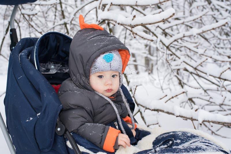 Μικρό παιδί που απολαμβάνει έναν γύρο ελκήθρων στοκ φωτογραφίες