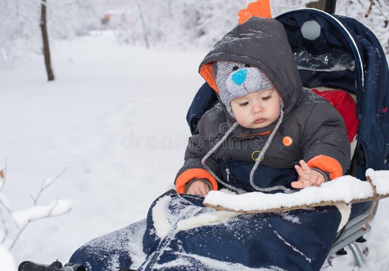 Μικρό παιδί που απολαμβάνει έναν γύρο ελκήθρων στοκ φωτογραφία με δικαίωμα ελεύθερης χρήσης