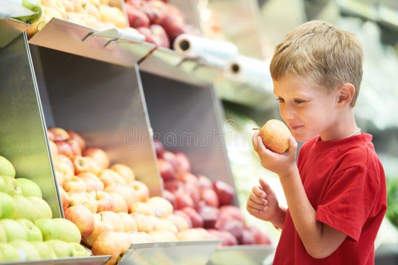 Αγόρι παιδιών που επιλέγει τις αγορές λαχανικών φρούτων στοκ φωτογραφία με δικαίωμα ελεύθερης χρήσης