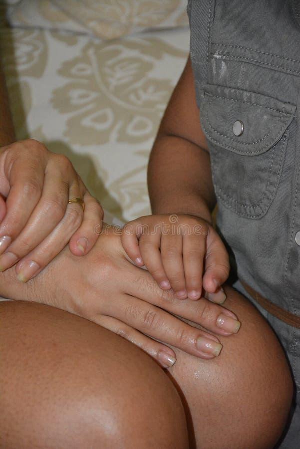 Μικρό παιδί που διατηρεί τη μητέρα στοκ φωτογραφία με δικαίωμα ελεύθερης χρήσης