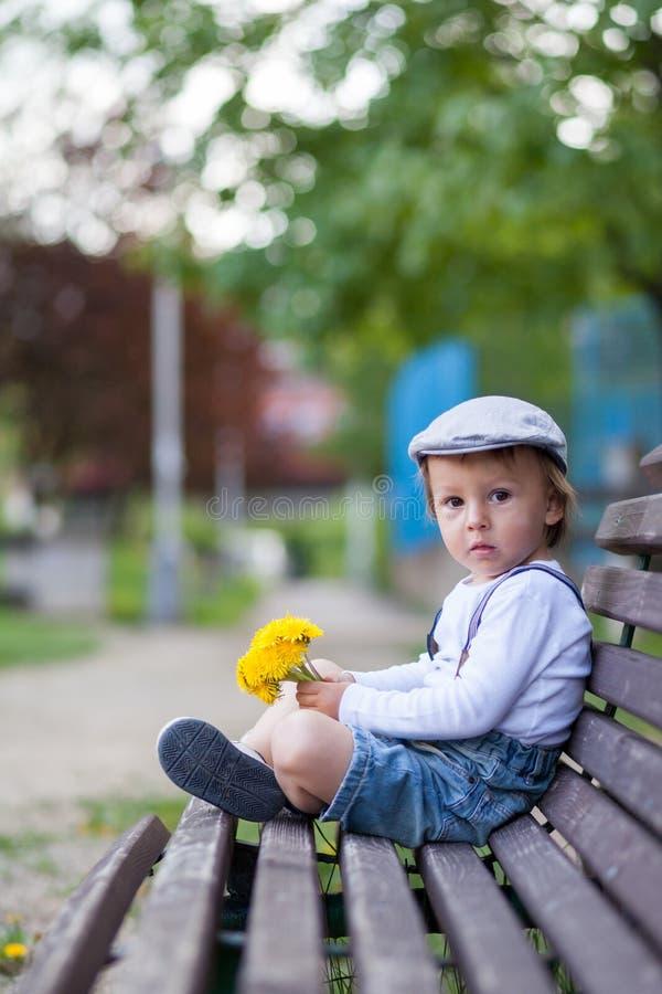 Μικρό παιδί, που κάθεται σε έναν πάγκο στοκ φωτογραφία με δικαίωμα ελεύθερης χρήσης