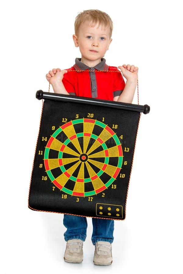 Μικρό παιδί που κρατά έναν στόχο για τα βέλη στοκ φωτογραφία