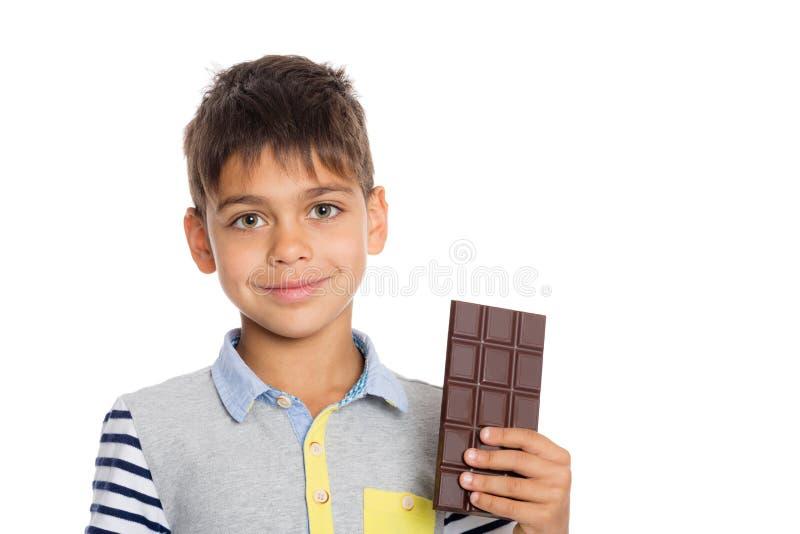 Μικρό παιδί που κρατά μια σοκολάτα στοκ εικόνες