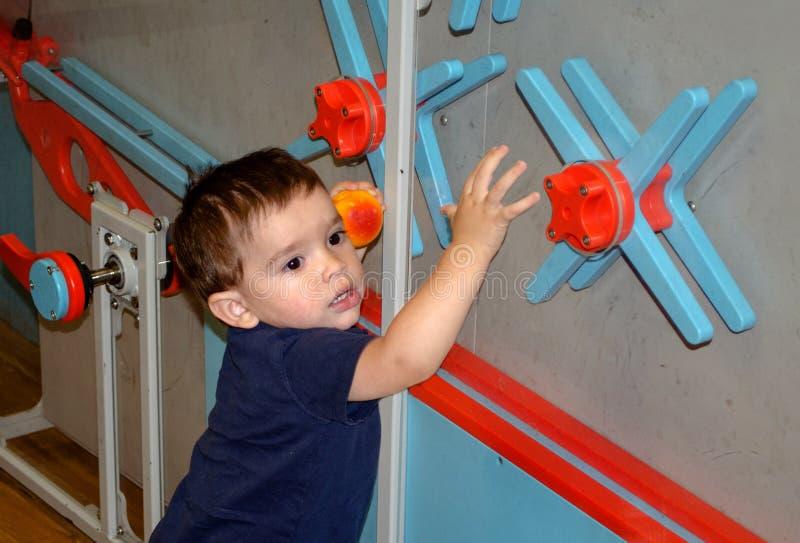 Μικρό παιδί που παίζει και που μαθαίνει σε ένα μουσείο των παιδιών στοκ εικόνες με δικαίωμα ελεύθερης χρήσης