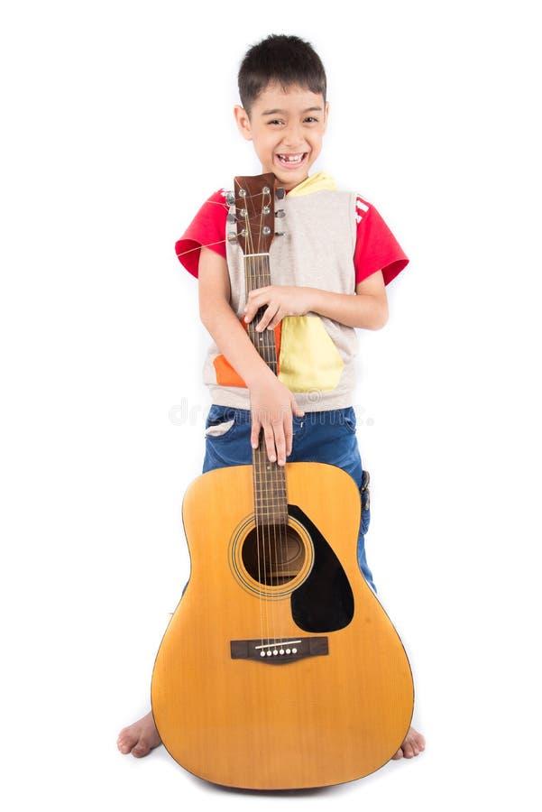 Μικρό παιδί που παίζει την κλασική σειρά μαθημάτων κιθάρων για το άσπρο υπόβαθρο στοκ φωτογραφία με δικαίωμα ελεύθερης χρήσης