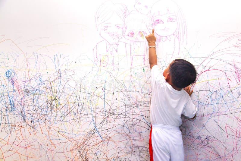 Μικρό παιδί που σύρει την ευτυχή οικογένεια στοκ εικόνες με δικαίωμα ελεύθερης χρήσης