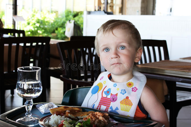 Μικρό παιδί που τρώει το μεσημεριανό γεύμα στοκ φωτογραφίες με δικαίωμα ελεύθερης χρήσης