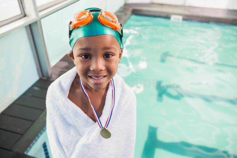 Μικρό παιδί που τυλίγεται χαριτωμένο στην πετσέτα με το poolside μεταλλίων στοκ φωτογραφία με δικαίωμα ελεύθερης χρήσης