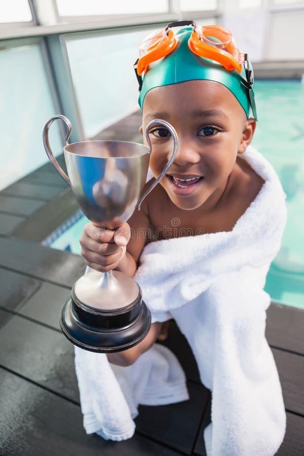 Μικρό παιδί που τυλίγεται χαριτωμένο στην πετσέτα με το poolside τροπαίων στοκ εικόνες με δικαίωμα ελεύθερης χρήσης