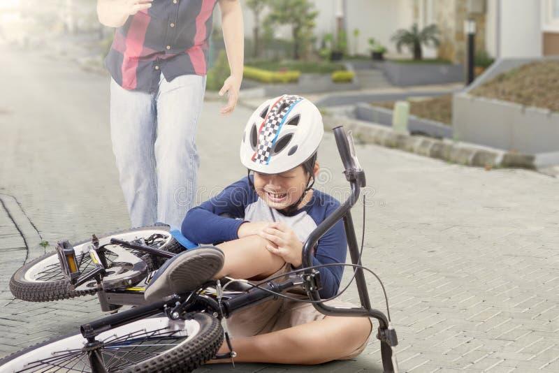 Μικρό παιδί που φωνάζει μετά από να πέσει από το ποδήλατο στοκ φωτογραφία με δικαίωμα ελεύθερης χρήσης