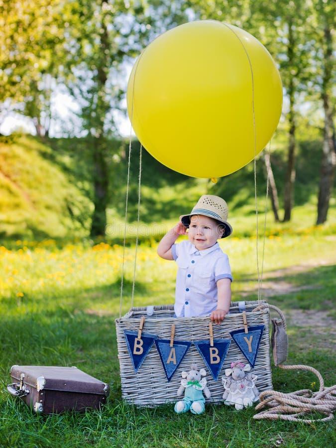 Μικρό παιδί σε ένα καλάθι με το μπαλόνι στοκ εικόνα με δικαίωμα ελεύθερης χρήσης