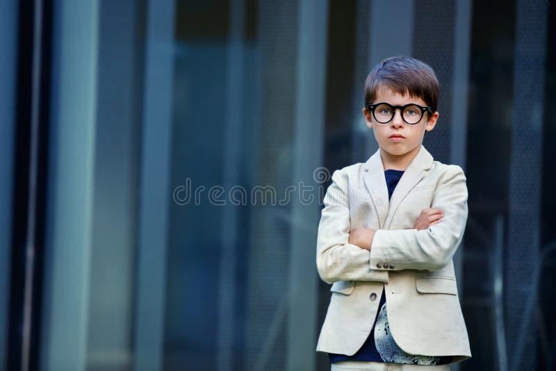 Μικρό παιδί σε ένα συμπαθητικό κοστούμι και τα γυαλιά Πίσω στοκ εικόνες με δικαίωμα ελεύθερης χρήσης