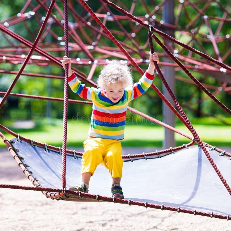 Μικρό παιδί σε μια παιδική χαρά στοκ εικόνα