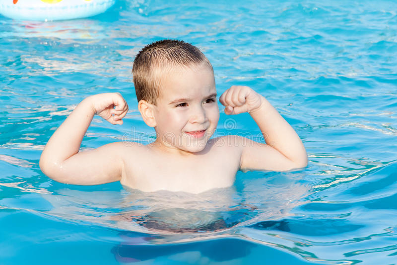 Μικρό παιδί στην πισίνα στοκ εικόνες