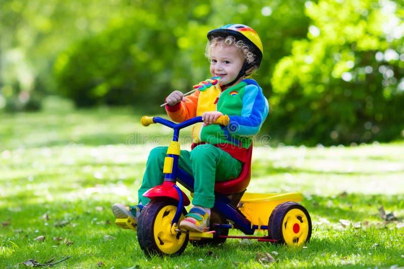 Μικρό παιδί στο ζωηρόχρωμο τρίκυκλο στοκ φωτογραφίες με δικαίωμα ελεύθερης χρήσης