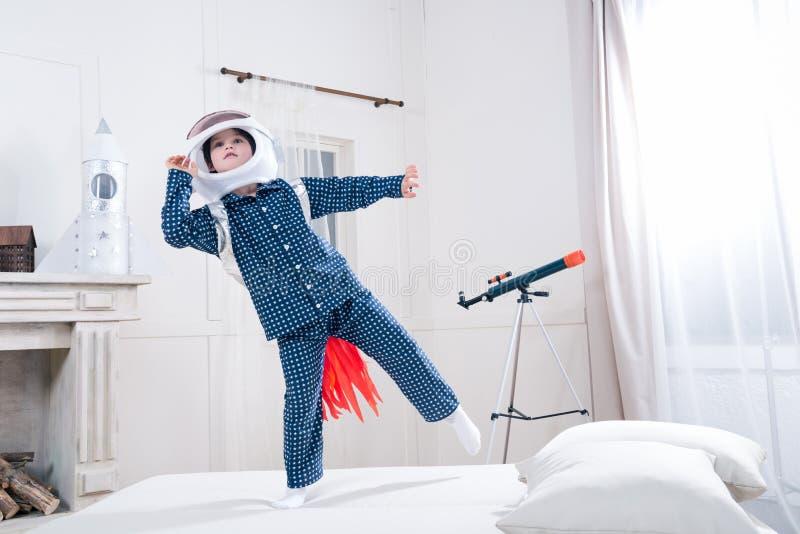 Μικρό παιδί στο διαστημικό παίζοντας αστροναύτη κρανών στοκ φωτογραφίες