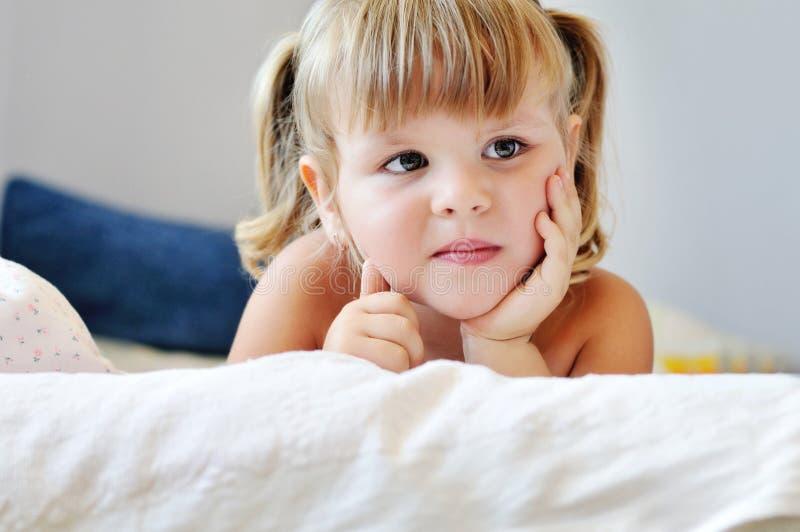 Μικρό παιδί στο κρεβάτι στοκ φωτογραφία με δικαίωμα ελεύθερης χρήσης