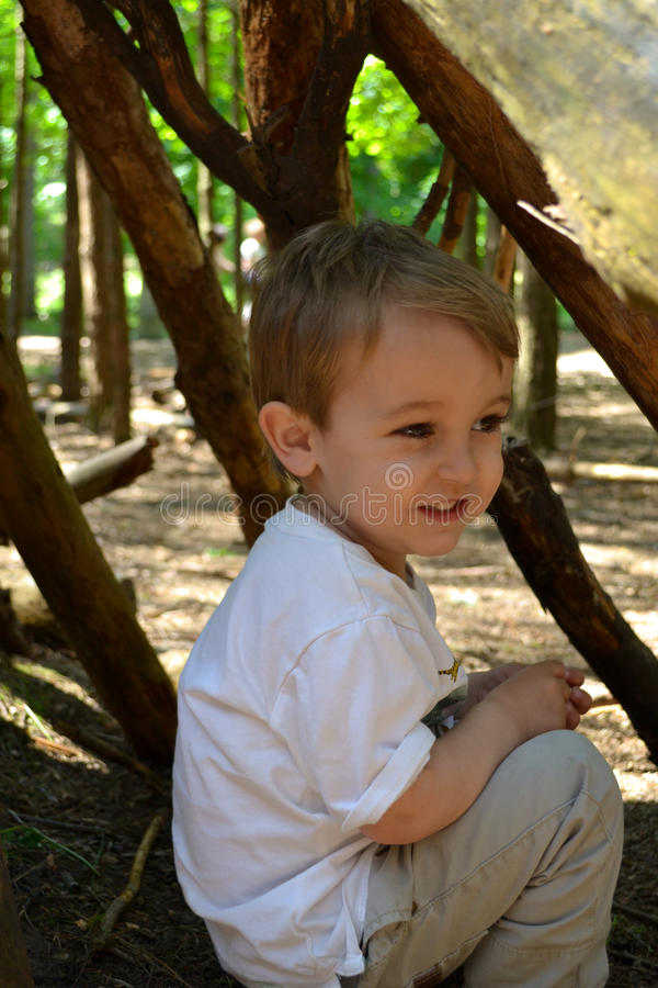 Μικρό παιδί στο κρησφύγετο στοκ εικόνες με δικαίωμα ελεύθερης χρήσης