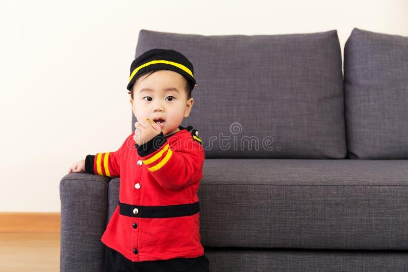 Μικρό παιδί στο σπίτι στοκ φωτογραφία
