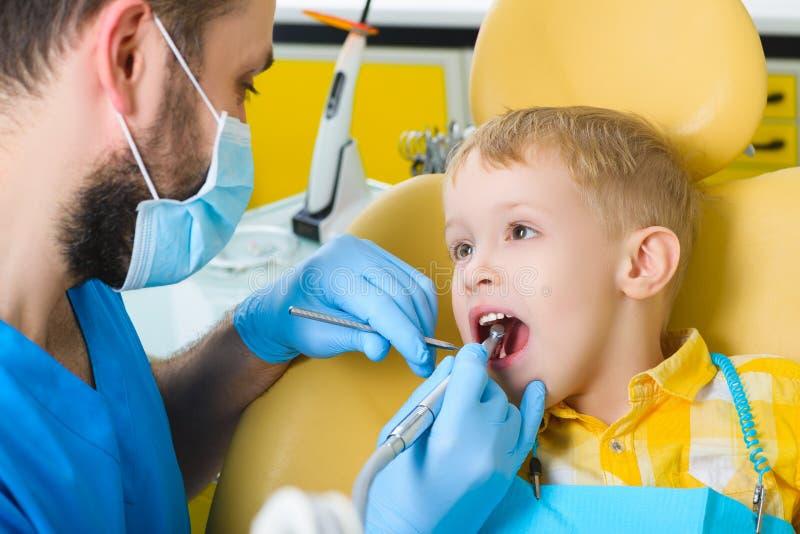 Μικρό παιδί, υπομονετικός επισκεπτόμενος ειδικός στην οδοντική κλινική στοκ εικόνες
