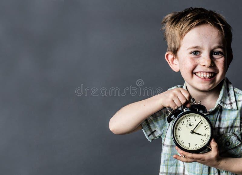 Μικρό παιδί Giggling που παρουσιάζει αναδρομικό ξυπνητήρι για τη χρονική έννοια στοκ φωτογραφία με δικαίωμα ελεύθερης χρήσης
