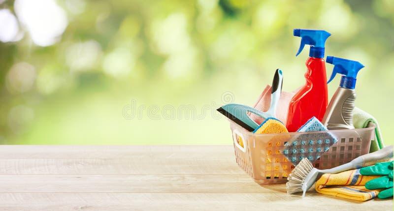 Μικρό πλαστικό κιβώτιο με τις οικιακές καθαρίζοντας προμήθειες στοκ φωτογραφίες