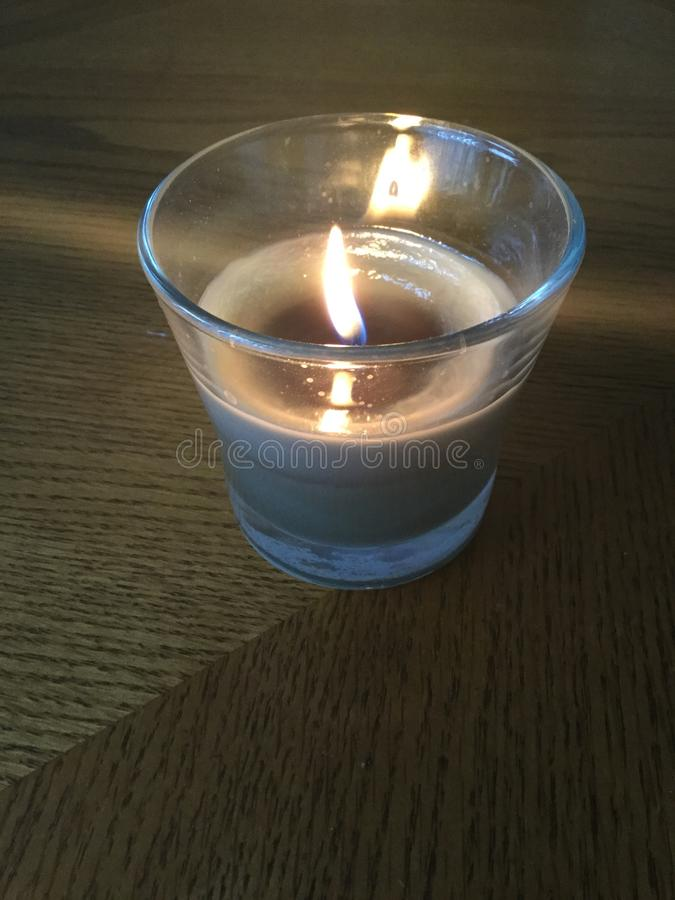 Μικρό πράσινο κερί LIT στοκ φωτογραφία