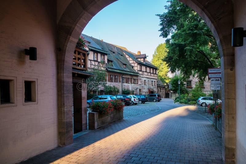 Μικρό προαύλιο σε μια πόλη της Νυρεμβέργης στη Γερμανία. στοκ εικόνες