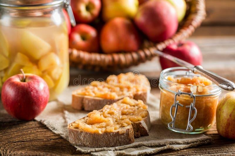 Μικρό πρόχειρο φαγητό με τη μαρμελάδα μήλων στο οψοφυλάκιο στοκ εικόνες