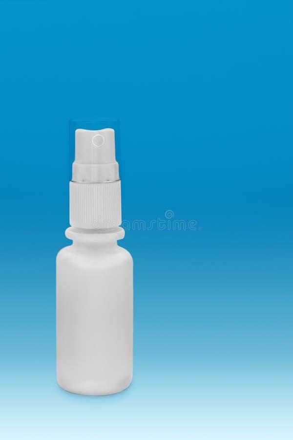 Μικρό πλαστικό μπουκάλι με τον ψεκαστήρα στοκ φωτογραφίες
