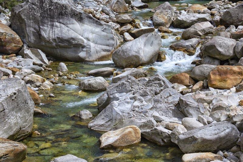Μικρό ρεύμα στα βουνά Ticino, η κοιλάδα Maggia στοκ εικόνα