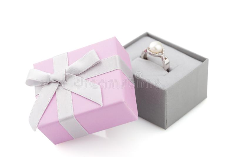 Μικρό ρόδινο και γκρίζο κιβώτιο δώρων κοσμήματος με το τόξο που απομονώνεται στο λευκό στοκ φωτογραφίες