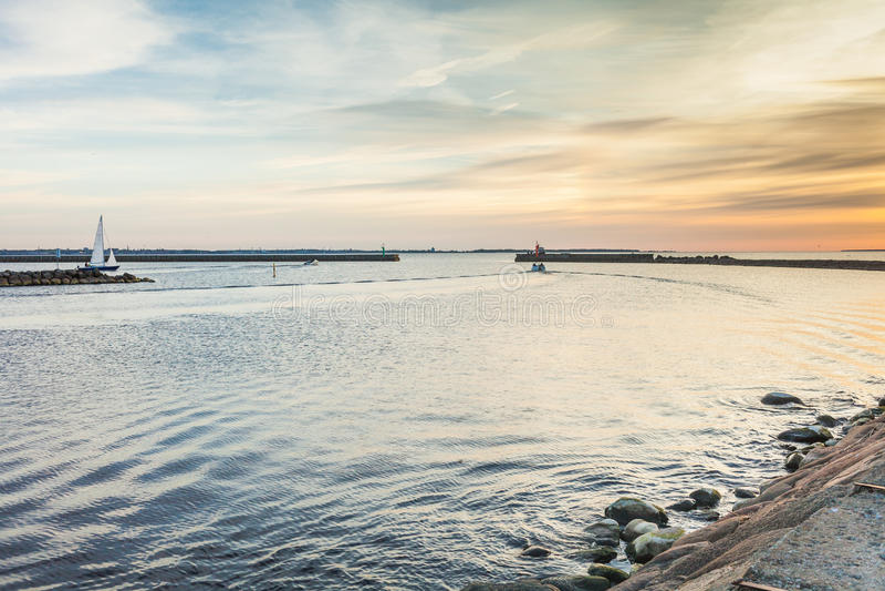 Μικρό σκάφος που κολυμπά στη θάλασσα της Βαλτικής στοκ φωτογραφία με δικαίωμα ελεύθερης χρήσης