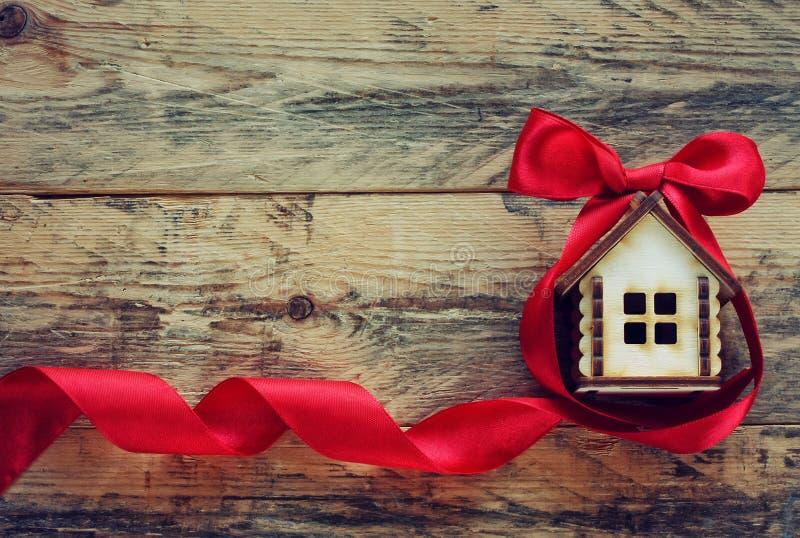 Μικρό σπίτι με την κόκκινη κορδέλλα στοκ φωτογραφίες