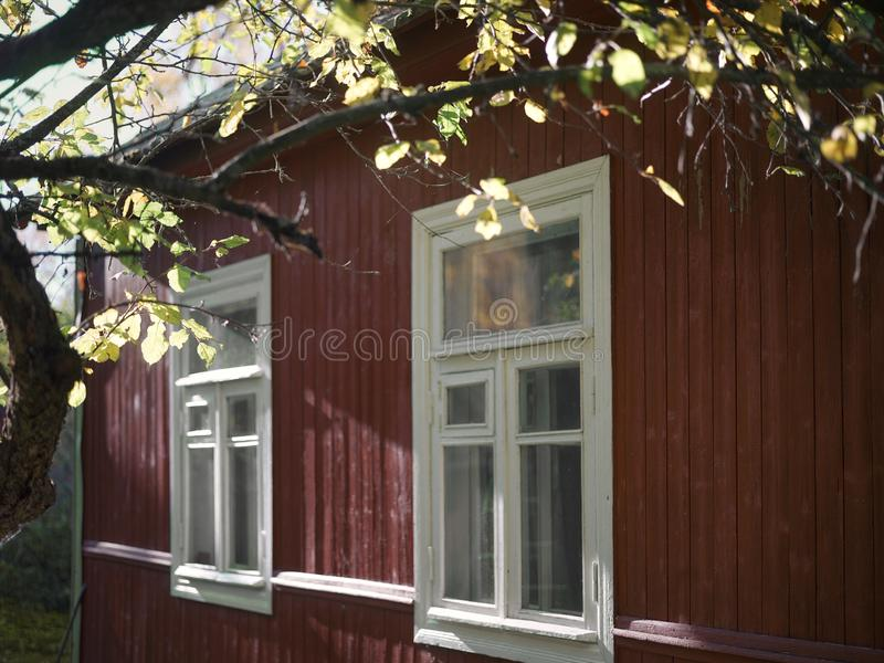 Μικρό σπίτι το φθινόπωρο στοκ εικόνα με δικαίωμα ελεύθερης χρήσης