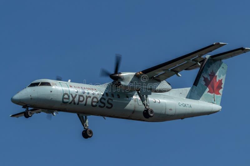 Μικρό στροβιλο αεριωθούμενο αεροπλάνο στηριγμάτων του Air Canada πρίν προσγειώνεται στο διεθνή αερολιμένα PEARSON, Τορόντο στοκ εικόνες