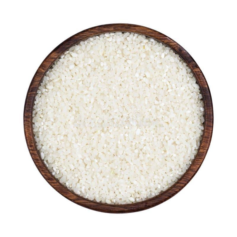 Μικρό συντριμμένο ρύζι στο ξύλινο κύπελλο που απομονώνεται στο άσπρο υπόβαθρο Τοπ όψη στοκ εικόνες