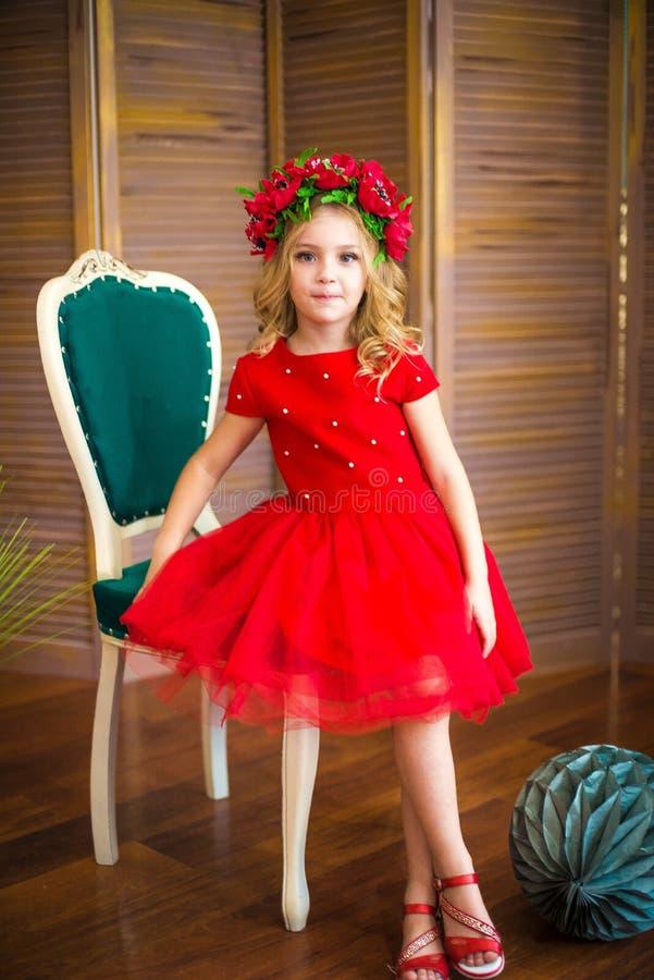 Μικρό χαμόγελο κοριτσιών, μόδα Παιδί που χαμογελά με το ξανθό hairstyle στο κόκκινο φόρεμα Έννοια σαλονιών ομορφιάς Haircare, κομ στοκ φωτογραφίες με δικαίωμα ελεύθερης χρήσης