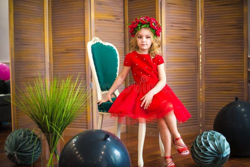 Μικρό χαμόγελο κοριτσιών, μόδα Παιδί που χαμογελά με το ξανθό hairstyle στο κόκκινο φόρεμα Έννοια σαλονιών ομορφιάς Haircare, κομ στοκ εικόνες με δικαίωμα ελεύθερης χρήσης