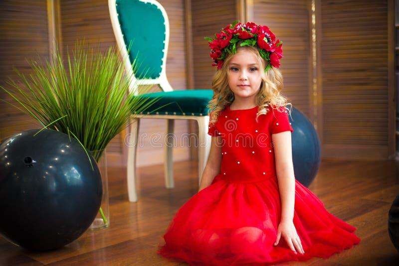 Μικρό χαμόγελο κοριτσιών, μόδα Παιδί που χαμογελά με το ξανθό hairstyle στο κόκκινο φόρεμα Έννοια σαλονιών ομορφιάς Haircare, κομ στοκ φωτογραφία με δικαίωμα ελεύθερης χρήσης