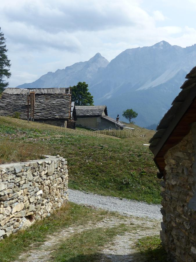 Μικρό χαρακτηριστικό μικρό παλαιό χωριό στα βουνά Val Di Suza στην Ιταλία στοκ φωτογραφία με δικαίωμα ελεύθερης χρήσης